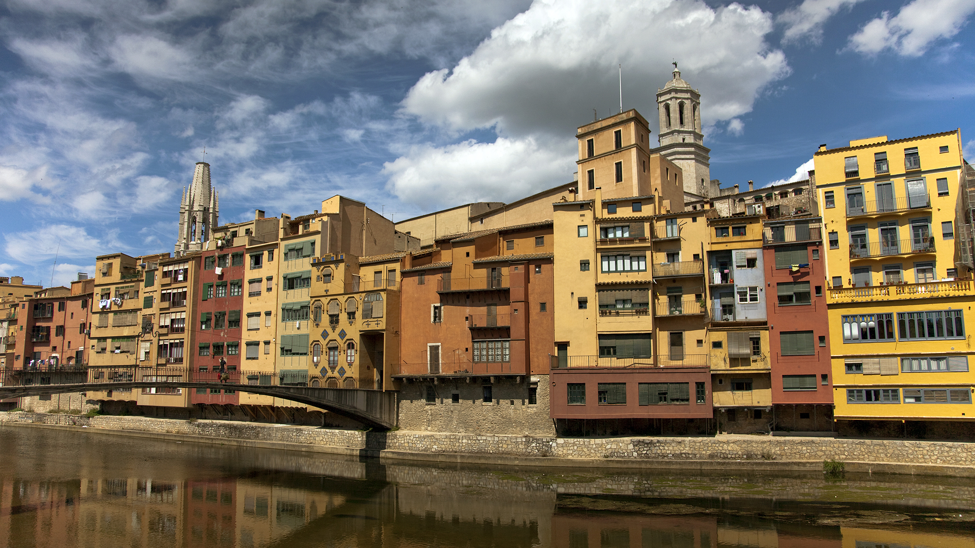 Girona_Spain_buildings_along_the_river