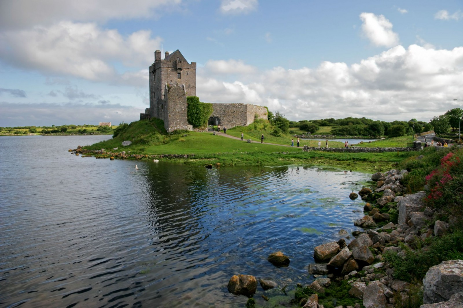 dunguaire-castle-kinvara-bay-galway-ireland-1600x1066