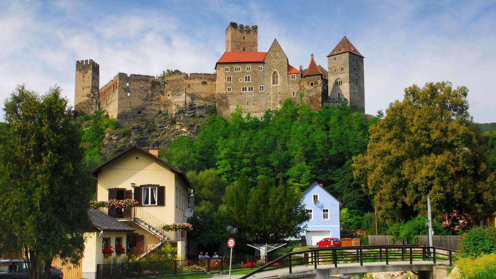 romanesque_castle_in_hardegg_austria